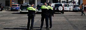 Spanische Polizeibeamte warten vor dem Rathaus von Valdemoro, in dem gerade eine Razzia stattfindet.