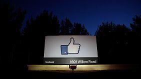 Eine Geste als Markenzeichen: Der erhobene Daumen vor der Firmenzentrale in Kalifornien wird die ganze Nacht über angestrahlt.