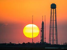 Voll gepackt mit Raketentreibstoff und Nutzlast: Die rund 40 Meter hohe Antares-Rakete am Morgen vor dem Start.