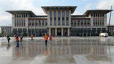 Erdogan ließ ihn errichten, obwohl das Gelände zum Forsthof des Staatsgründers Mustafa Kemal Atatürk gehörte und per Bauverbot geschützt war.