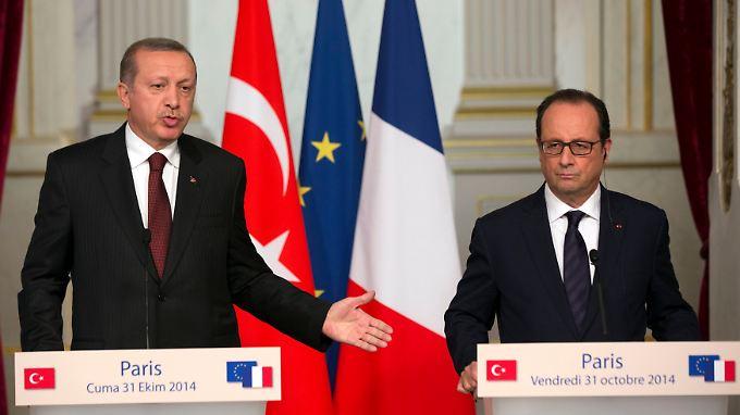 Erdogan (l.) stellt in Paris kritische Fragen.