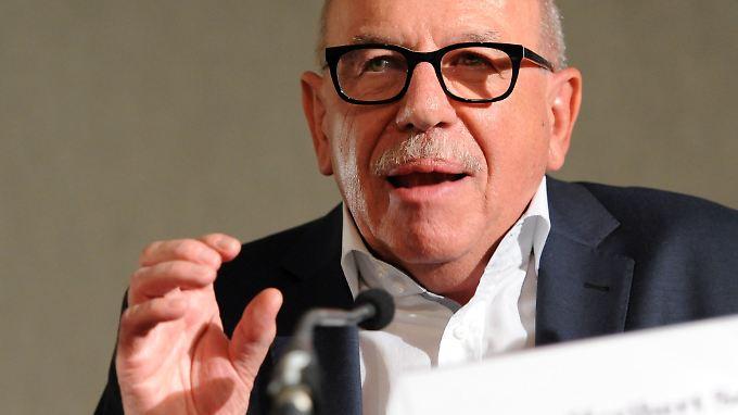 Heribert Schwan liegt mit Helmut Kohl im Clinch.