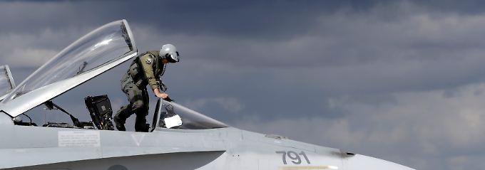 Verstärkte Luftraumüberwachung an den Außengrenzen - und bald auch Manöver am Boden? Ein kanadischer F-18-Pilot in der Nato-Basis bei Siauliai in Lithauen (Archivbild).