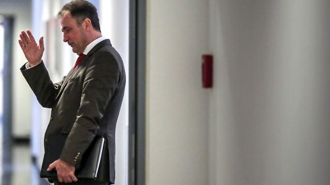 GDL-Chef Claus Weselsky gibt auf einem Flur des Hessischen Landesarbeitsgerichts in Frankfurt die Richtung vor.