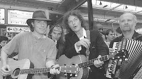 Niedecken 1996 mit den BAP-Mitstreitern Klaus Heuser (l.), dahinter Jens Streifling und Axel Büchel (r.).