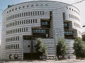 """Solide Finanzarchitektur: Das """"Botta""""-Gebäude der BIZ am Aeschenplatz 1 in Basel."""
