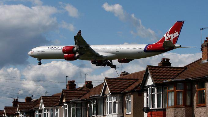 Passagier-Jet im Anflug auf den Flughafen London Heathrow. Neun Flughäfen liegen in und um der Stadt. Die Kapazität reicht dennoch nicht.