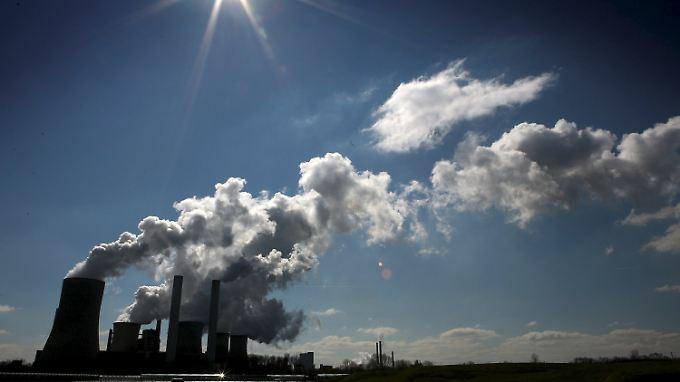 RWE verdient angesichts der wachsenden Ökostrom-Konkurrenz mit seinen konventionellen Kraftwerken immer weniger.