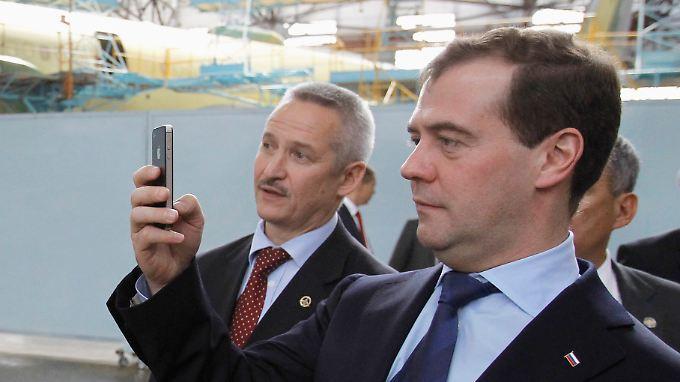 Russlands Premier Dmitri Medwedew fotografiert mit einem iPhone.