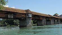 Die Pfeiler der historischen Rheinbrücke waren mit Sprengstoff befüllt.