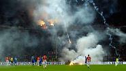 """Feuer in San Siro: Kroatische Zuschauer zündeln beim EM-Qualifikationsspiel in Mailand gegen Italien. Die Partie endete 1:1, Kroatiens Trainer Niko Kovac aber sagte: """"Was unsere Fans gemacht haben, ist nicht hinnehmbar. Das ist kein Fußball."""""""