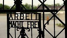 Seit über zwei Wochen fehlt von der Eingangstür zur Gedenkstätte Dachau jede Spur.