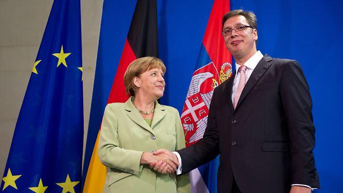 Bundeskanzlerin Merkel und Serbiens Premier Vucic im Juni in Berlin: Der Balkan sei von der EU zu lange zu wenig gefördert worden, meint SWP-Experte Reljic.