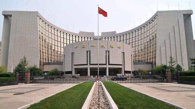 Chinas Notenbank senkt erstmals seit mehr als zwei Jahren den Leitzins auf 5,6 von zuvor sechs Prozent.