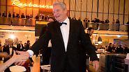 Gauck auf dem Gepäckband: Bundespresseball im Flughafen Tempelhof