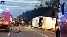 Unglück auf der A10: Bus kippt bei Berlin in die Böschung
