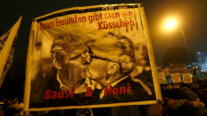 """SPD-Landeschef Andreas Bausewein auf einer Fotomontage beim Bruderkuss mit Erich Honecker - so sehen einige Erfurter am Vorabend der Ministerpräsidentenwahl """"den Verrat durch die Sozialdemokraten""""."""