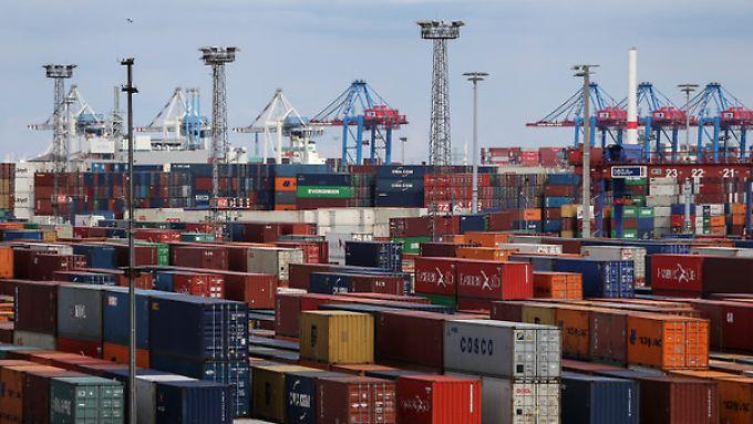 Deutschlands Häfen haben gut zu tun: Vor allem die Märkte in Großbritannien und den USA wachsen - zur Freude der Exporteure.