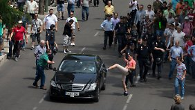 Energische Proteste gegen Uber in Madrid im Juni 2014: Ein Demonstrant tritt ein Auto, das er für ein privates Taxi hält.