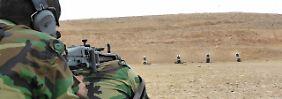 """""""Multiplikatoren-Ausbildung"""" vor Ort: Auf der Schießanlage eines Peschmerga-Ausbildungszentrums nahe Erbil machen sich Peschmerga-Kämpfer mit der Handhabung des deutschen Maschinengewehres MG3 vertraut."""