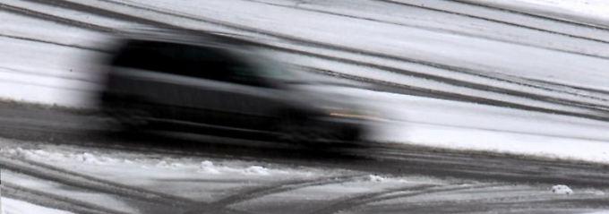 Glatte Fahrbahn, schlechte Bedingungen - und dann kracht es. Auf dem Weg zur Dienstversammlung gilt das meist als Arbeitsunfall.
