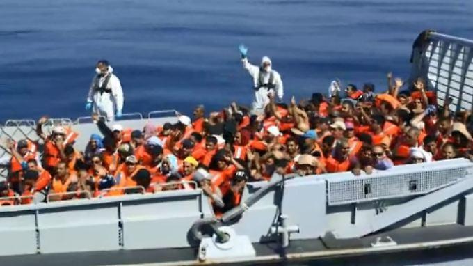 Die Zahl der Flüchtlinge im Mittelmeer steigt. Doch die EU hat ihren Marineeinsatz verkleinert. (Archivbild)