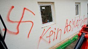 Diese Schmiererei haben offenbar die Täter an einer Hauswand in Vorra hinterlassen.