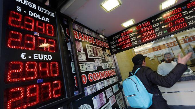Viele Russen wollen ihre Rubel in Waren verwandeln, bevor die Währung noch schwächer wird.