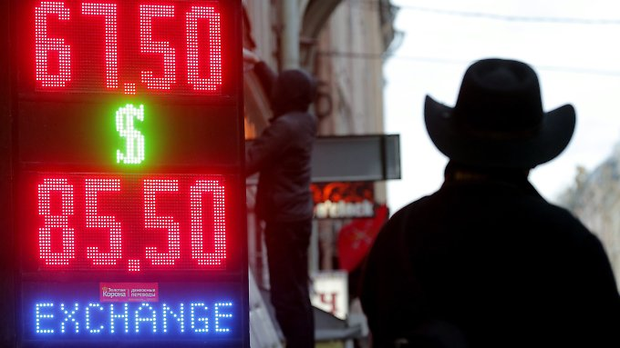 Moskau stemmt sich mit aller Macht gegen den freien Fall des Rubel.