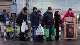 Typisches Bild am Dienstag in Moskau: Schlangestehen vor dem Supermarkt. Viele Russen versuchten, ihre Rubel noch in Ware anzulegen, bevor die Talfahrt der Währung weitergeht.