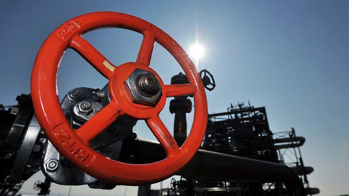Kleine Preise, große Wirkung: Geldpolitiker befürchten wegen des Ölpreissturzes weiter sinkende Preise und dadurch Käuferzurückhaltung. Das würde Bremsspurten in der Wirtschaft hinterlassen.