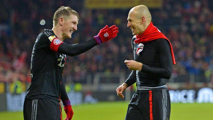 Okay, so schlecht war die Hinrunde des FC Bayern dann doch nicht: Bastian Schweinsteiger und Arjen Robben freuen sich nach dem Spiel in Mainz auf den Urlaub.