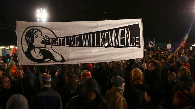 """Beim Protest der """"Pegida""""-Gegner in Dresden."""
