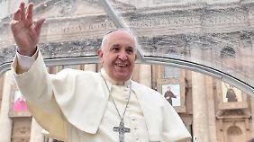 Vor der Christmette rief Papst Franziskus in einem Flüchtlingslager für verfolgte Christen an. Eine Geste, die Mut machen soll.