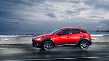 ... sind sie eine Crossover-Klasse tiefer früh am Start. Der CX-3 soll im Sommer mit Technik des Kleinwagens Mazda2 das Boom-Segment aufwirbeln.