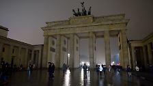 Auch das Brandenburger Tor in Berlin blieb dunkel.