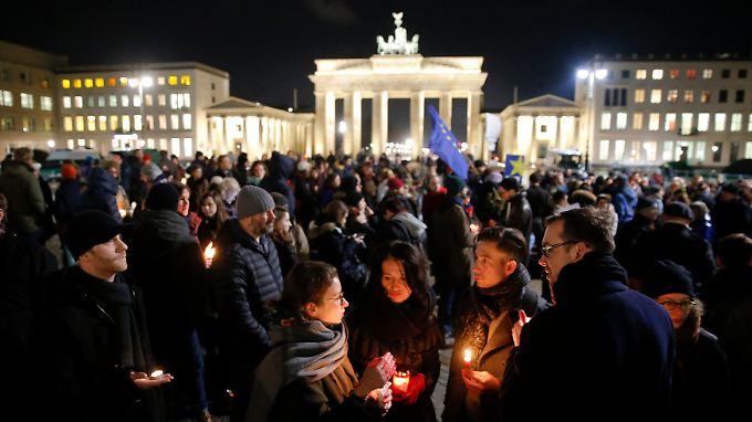 Trauer und Solidarität: Vor dem Brandenburger Tor in Berlin gedenkt eine schweigende Masse der Toten von Paris.
