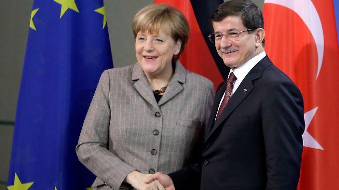 Merkel und der türkische Ministerpräsident Davutoglu: Der Tonfall ist milder als noch im vergangenen Jahr beim Besuch Erdogans.