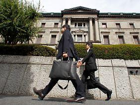 Eiligen Schrittes durch Tokio: Experten auf dem Weg in die Notenbank.