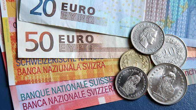 Mindestkurs für Franken gekippt: Schweizer Notenbank wirbelt Märkte durcheinander