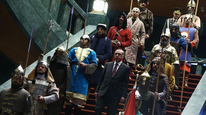 Jede der Palastwachen steht für einen von 16 Staaten, den das türkische Volk in seiner Geschichte geschaffen hat.