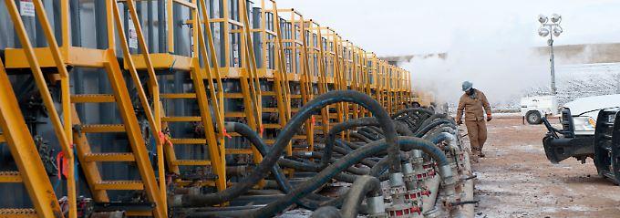 Angebohrt, aufgebrochen, ausgezüllt: Das Fracking-Verfahren benötigt große Mengen an Wasser und Lösungsmitteln - und ist entsprechend teuer (Archivbild).