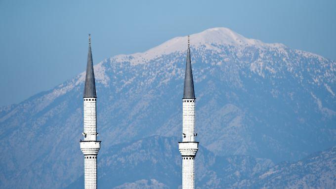 """""""Wir müssen uns an Moscheen gewöhnen"""", sagt Innenminister de Maizière. Diese Minarette hier stehen allerdings im türkischen Belek."""