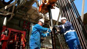 Wartungsarbeiten am Bohrgestänge einer Ölbohrinsel in der Nordsee. Dir Förderung hat das Maximum längst überschritten.