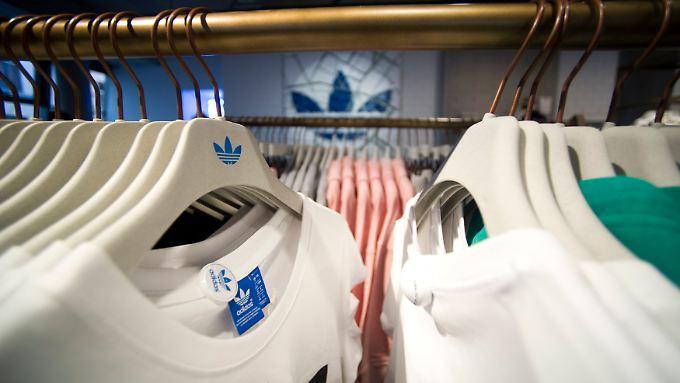 Auch die lange erwartete Trennung vom Straßenschuhanbieter Rockport drückt bei Adidas auf das Ergebnis.