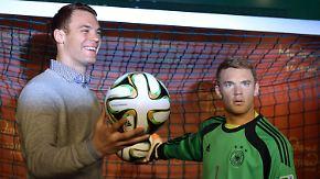 """""""Finde mich etwas angespannt"""": Manuel Neuer begutachtet sein Wachsdouble"""