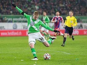 Wolfsburgs Kevinde Bruyne holt zum Torschuss aus.