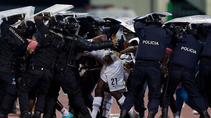 Schon in der Halbzeitpause mussten die ghanaischen Spieler unter Polizeischutz in die Kabine begleitet werden.