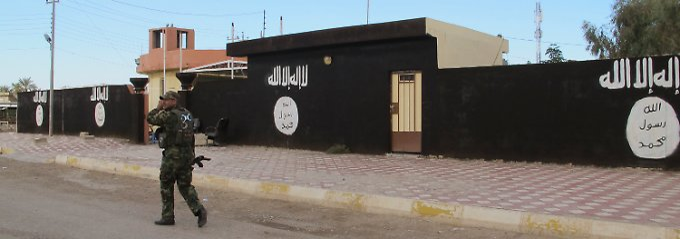 Schwarz gestrichene Fassaden mit weißen IS-Emblemen: Ein Straßenzug in der nordostirakischen Kleinstadt Saadiya nach der Rückeroberung durch schiitische Truppen.