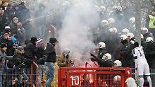 Randale mit Bengalos und Holzlatten: Fan-Gewalt bei Drittliga-Derby eskaliert